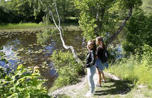 Julie Christensen och Janina Hall är engagerade i Järnadammens framtid. De vill ha en klimatsmart badplats dit man kan ta sig från centrala Järna utan bil.