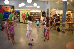 Barnen får följa efter Nora och härma hennes rörelser medan Bosse spelar på gitarren.