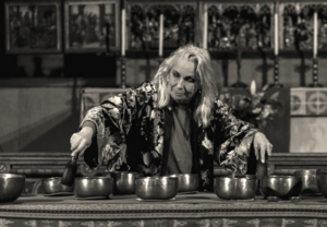 Marie Bergman med tibetanska ljudskålar. Foto: Pressbild