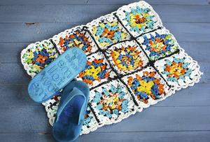 Textilier i form av gamla kläder och lakan kan förvandlas till mattor och kuddar. Allt som behövs är en sax och en virknål.Foto: Malena Skote