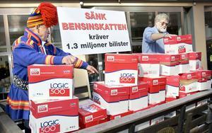 1,3 miljoner namnunderskrifter med krav på sänkt bensinskatt lämnades vid finansdepartementet i Stockholm. Kenneth Winsborg (Bensinskatteuppror) och samen Nisse Walkeapää lossade lasten. Foto: Claudio Bresciani