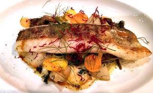 Att gösen inte är lokalt fiskad beror på att det är förbjudet att fiska i Storsjön för kommersiellt bruk. Men inte desto mindre är Hjälmargösen med sina väl genomtänkta tillbehör en nästintill perfekt servering.