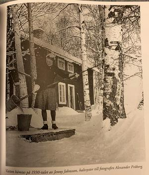 Jenny Johanssons vardagliga syssla från 30-talet är fångat i stunden. I boken om Kälarne, av Peter Frändén, som nyligen släppts, så finns hon med, likt ett inkapslat ögonblick från förr i vår nutid.