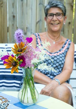 Berit Bergman har öga och handlag för att göra vackra buketter - här har hon samlat rudbeckia, astilbe, rosenstav och rosenskära i en vas.