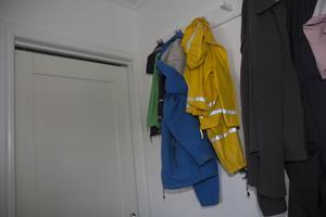 Glapp mellan dörrkarm och dörr i tvättstugan. Liknande fel finns på andra ställen i huset.