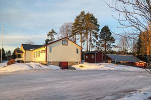 """""""Utedasset"""", som bygg- och miljönämnden i Krokom benämner det lilla wc-huset, står mellan den vita bygdegården och den röda danslogen."""