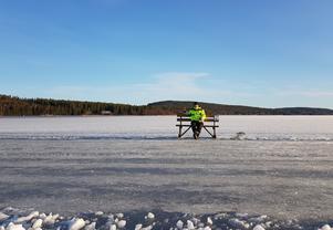 Bänkad på Bäckfjärden. Kommunens friluftskonsulent Mikael Westman vilar benen och njuter av utsikten och eftermiddagssolen.