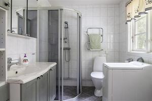 Badrum, dusch och bastu finns i en separat byggnad. Foto: Mäklarhuset Västerås