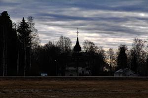 Från Häxmyran ser man även klockstapeln vid Ovanåkers kyrka. Åtta kvinnor dömdes, avrättades och brändes på bål vid Häxmyran i maj 1672.