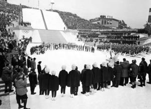 Öppningsceremonin under OS i Innsbruck 1964. Det svenska stafettlaget bestående av Barbro Martinsson, Britt Strandberg och Toini Gustafsson tog silver under mästerskapet. Bild: TT.