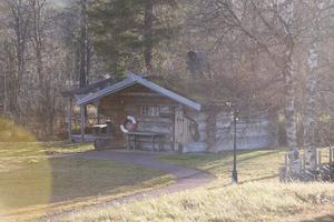 Eldpallkojan vid Kvalptjärn är  nu i kommunal ägo sedan föreningen Idre Miljö skänkt kojan som gåva till kommunen.