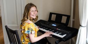 Tolvåriga Tess Söderström tillbringar en stor del av sin fritid med att sjunga och spela piano.
