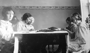 Flickorna utför sysslor som är typiskt kvinnliga för tiden. Bild: Ur ett album som förvaras på regionarkivet i Härnösand
