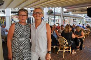 När kören samlades på Pitcher's uteservering för en middag så var de taggade på den kommande resan. Från vänster: Carina Kandell och Maria Wessman.
