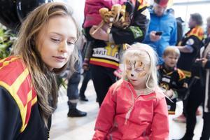 Loa Ricknell ska just lägga sista handen vid Nellie Lundströms tigermålning. Nellie hejar på Brynäs och har varit på ett par matcher förut.