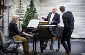 """""""Var glad, var glad"""" sjunger pastorerna Thomas Hallström och Jakob Freiman. Vid pianot sitter Ingemar Gard."""