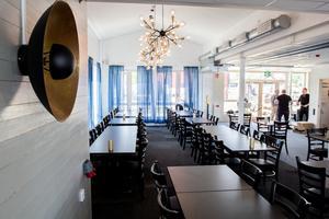 Restaurangdel med plats för större sällskap.