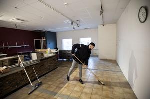 Det är mycket som ska fixas innan öppningen. Det ska fixas med köket, ny inredning ska inhandlas, väggarna målas och massa växter ska placeras ut.