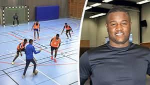 Fritidsledaren Henoc Ekhanga är med och arrangerar Julcupen i fotboll i Nacksta.