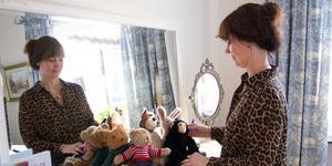Lotta Bäck i gästrummet där barnbarnet Milos gosedjur  sitter framför spegeln.