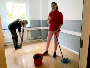Linnéa Haga moppar golvet i behandlingsrummet.