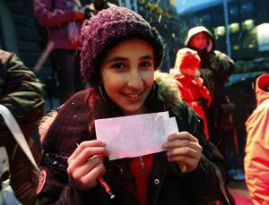 Autografjägare. Hélèn Alsawiry var en av de lyckliga som fick Alice Svenssons autograf.