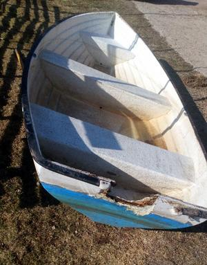 Plastbåten har dragits upp på land och ägaren kan kontakta den lokala intresseföreningens Lasse Broström.