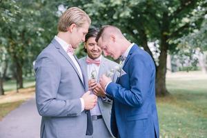 Joakim Olsson (Norrtälje IK) och Daniel Reinvalds (Hallsta IK) var Fabians bestmen under hans bröllop i somras.