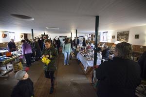 Även i utrymmet under logen trängdes utställare med besökare.