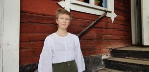 Moa Lundberg Ahlgren utanför skolan på Torekällberget.