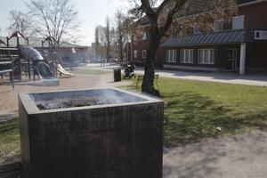 Varför det börjat brinna i blomlådan är oklart, men den omisskännliga lukten av brandrök spred sig över en stor del av Vasatorget.