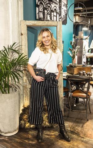Culottebyxan dominerar vårmodet, här bär Hanna Mikaelsson på Crib randiga culottebyxor som är korta och vida i benen.