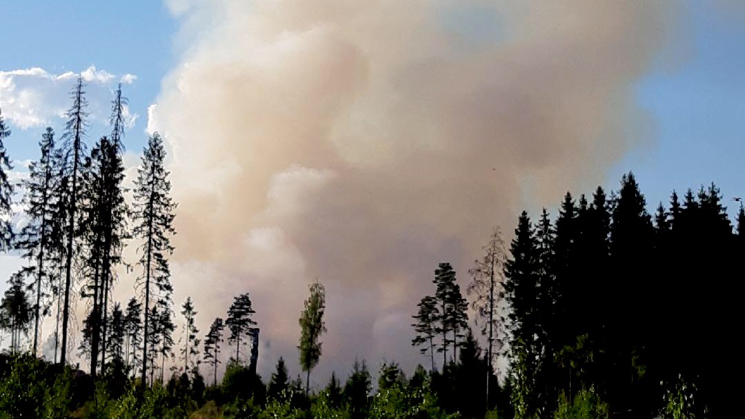 Skogsbrand utanfor sala annu inte under kontroll