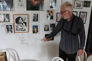 Bertil Fält, kulturarbetare och medlem i Sandviken Big Band, visar runt tidningen på Jazzhusets nedervåning. Flera musiker och jazzpersonligheter har både repat och tagit ett järn i huset. Här på väggen har bland annat Barbro