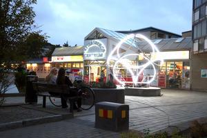 Ett nytt konstverk lyser upp Pettersbergs centrum. Foto: Karen Froede