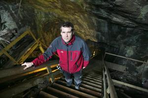 Daniel Karlsson, verksamhetschef, på äventyrsgruvan berättar att man beslutat att införa dykförbud vid området där olyckan skedde.Foto: Adam Rindeskär/Arkiv