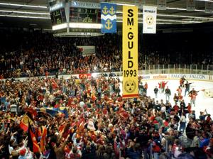 Isen invaderades av tusentals fans som ville fira med sina hjältar.