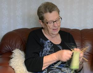 Åslög Rickardsson har träffat sina vänner i syjuntan under 50 år för att handarbeta, nu siktar de på 55 år.