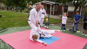 Michael Gustafsson och Maria Eriksson visade Ju-Jutsu. Barnen fick även prova på.