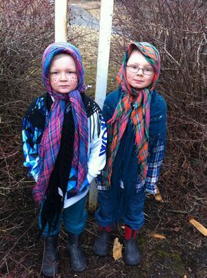 Här är våra små påskkärringar Emil Jonsson 6 år och Jesper Jonsson 5 år.   GLAD PÅSK :-)