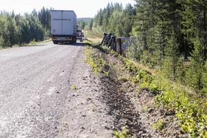 Långa spår vittnar om att lastbilen skurit ner på sidan av vägen och vält ner i diket.