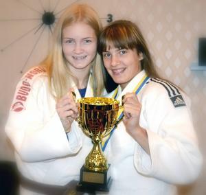 Gry Johnsson och Saga Jonsson, Östersunds judoklubb, med tredjeprisbucklan i Riksmästerskapet för distriktslag som de var med och kammade hem i lag Södra Norrland tillsammans med tjejer från Sundsvall och Bollnäs.