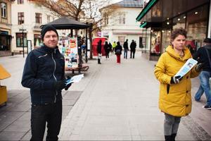 Jimmy Eriksson och Eva Forsberg från Östersunds kommun fanns under måndagen i Östersunds centrum för att dela ut flygblad inför valborgsmässoafton.