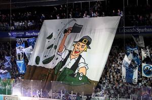 Superstars nygjorda tifo där de hackar sönder Västeråsgurkorna. Foto: Curt Kvicker