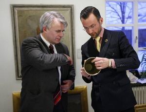 Stockholms auktionsverks Bertil Carlsson och Markus Anderzon spanar med intresse in paret Nordins silverbägare.