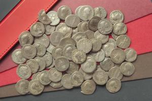 Skatten som hittades i Hede, Möklinta 1889. Denarerna dateras från kejsar Neros tid (år 37–68 e. Kr) till kejsar Marcus Aurelius (år 121–180 e. Kr). Foto: Historiska museet i Stockholm