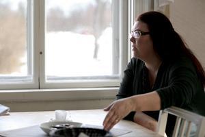 Carina Höglund vill träffa Anders Eklund för att få veta hela sanningen kring mordet.