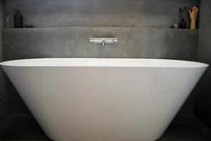 Badkaret är stort nog för två personer.