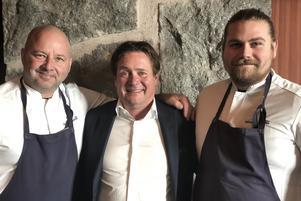 Anders Dahlbom, till vänster, tillsammmans med Sälens Högfjällshotells VD, Thommy Backner, och köksmästare Jacob Johansson.
