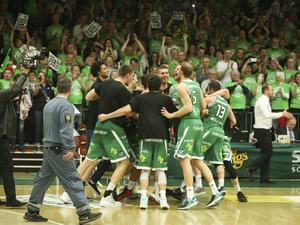 Spelarna jublar inför den gröna publiken, när de i slutet av april vann sitt fjärde guld på 2000-talet.